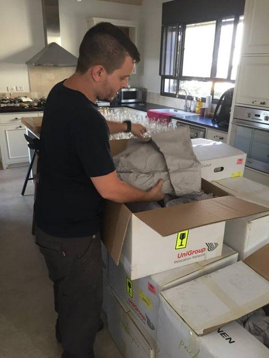 הובלת דירה - אריזה מקצועית של כלים שבירים